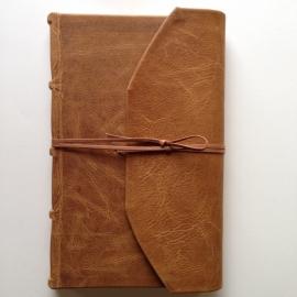 *** UITVERKOCHT *** Handgemaakt notitieboek/ schrif met volledig bruin leren kaft, met omslag en sluiting