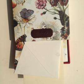 Handgemaakte bewaarbox met 10 stuks prachtige vlinder enveloppen met lining en creme briefpapier.