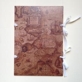 Handgemaakte bewaarmap met antieke wereldkaart