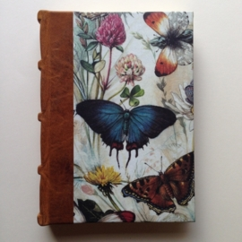 *** UITVERKOCHT *** Handgemaakt adresboek met bruin leren kaft met vintage vlinder tekening.