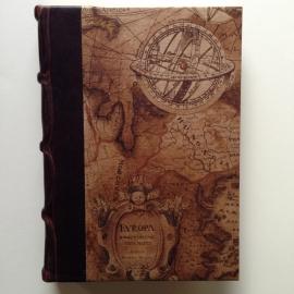 *** UITVERKOCHT *** Handgemaakt adresboek met donker bruin leren kaft met antieke landkaart tekening.