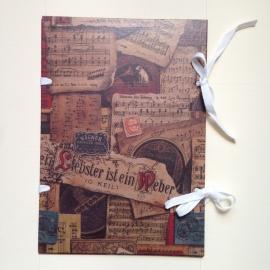 Handgemaakte bewaarmap met antiek muziekpapier design