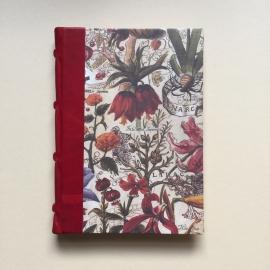 Handgemaakt notitieboek met rood lederen rug en design van vintage bloemen.