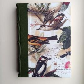 UITVERKOCHT: Handgemaakte agenda met donkergroene leren rugkaft en antieke vogeltekening