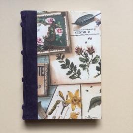 Handgemaakt notitieboek met donkerpaars lederen rug en vintage design van lavendel.