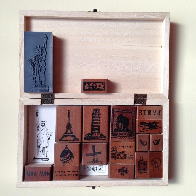 Vintage, houten stempelset met reis herinneringen in houten bewaarkistje