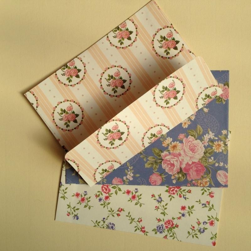 ***UITVERKOCHT *** Enveloppen van stevig papier, met bloemendesign. Set van 3 stuks.