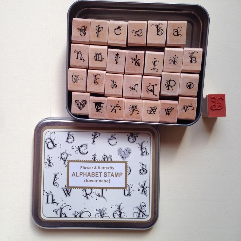 Heel mooi bewaarblik vol met 28 prachtige houten stempels met kleine letters.