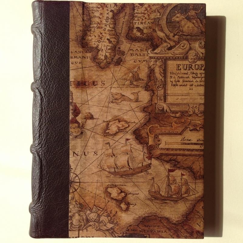 UITVERKOCHT: Handgemaakte agenda met donkerbruine bruine leren kaft en vintage wereldkaart tekening.