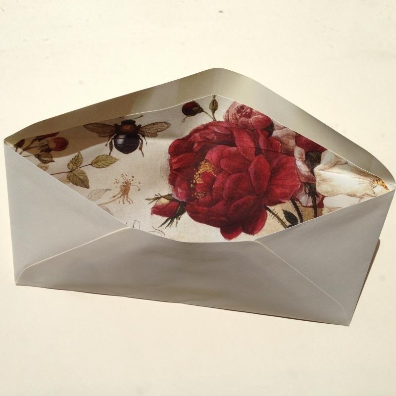 Envelop met prachtige binnenkant/ lining van vintage rozen tekeningen.