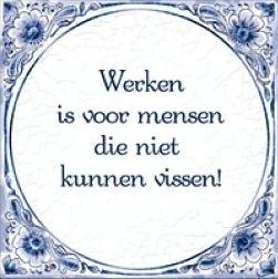 Wandtegel `Werken is voor mensen die niet kunnen vissen`.