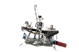 Visbeeldje Wijnfleshouder II – visser in boot metalen cadeau beeldje