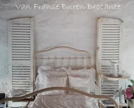 2 witte mooi doorleefde Franse luiken - SOLD