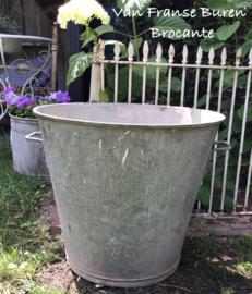 Oude hoge zinken tapstoelopende ton - kuip - ketel