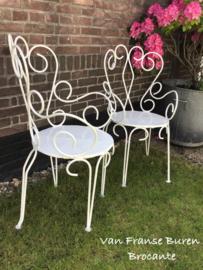 2 oude ijzeren Franse tuinstoelen met armleuning - terrasstoelen