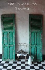 2 oude Franse luiken / louvre luiken in vaalverschoten afbladderende groene verf