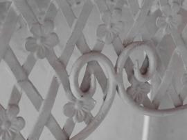 wit sierlijk oud ijzeren tafeltje