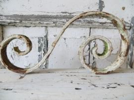 ijzeren ornament (je) in witte afbladderende verf -SOLD*