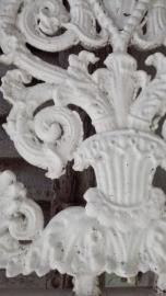 Frans  wit gietijzeren deurrooster in kozijn