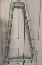 oud dekselrek  van ijzer in een mooi doorleefde blauwe verf -SOLD*