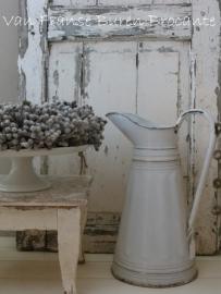 witte Franse emaille(n) waterkan met reliëf / lampetkan - SOLD*