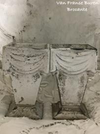 2 Oude Franse gietijzeren grafvaasjes met een prachtig wit patina.