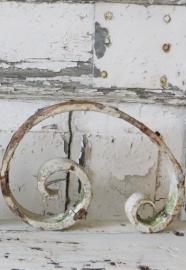 ijzeren ornamentje in witte afbladderende verf -SOLD*