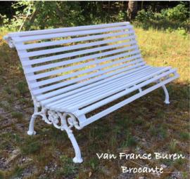 Oude witte Franse tuinbank - parkbank met gietijzeren steunen VERKOCHT/ SOLD