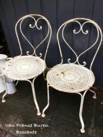 2 oude witte Franse ijzeren tuinstoelen - terrasstoelen - VERKOCHT/SOLD