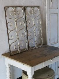 2 ijzeren witte oude raamrekken/roosters - SOLD*