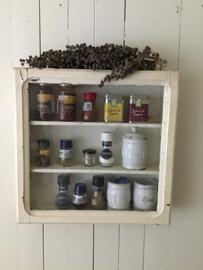 Mooi sleets smal vitrinekastje  in oude verf - wandkastje - kruidenkastje