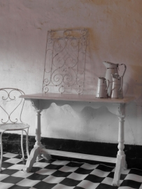 Houten café tafel / side-table met prachtig onderstel