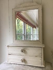 Oude houten kapspiegel met facet geslepen spiegelglas en 2 laatjes in oude verf.