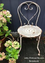 Oud Frans ijzeren witte tuinstoel - terrasstoel - bistrostoel