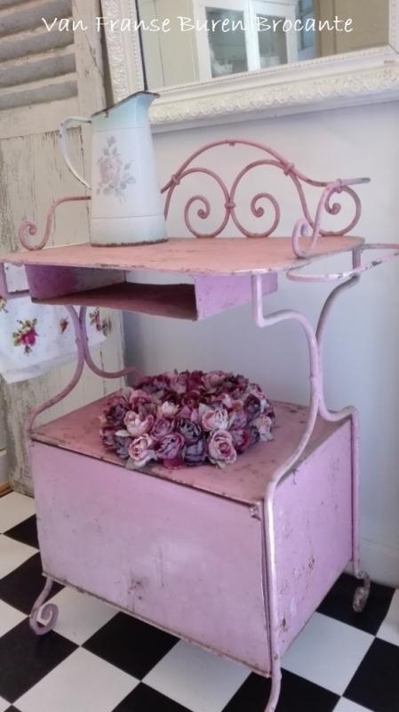 oude  roze lavebo - wastafel van ijzer