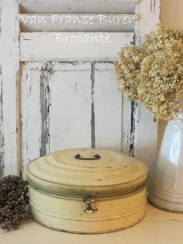 Brocante rond groot Frans blik met handvat in een mooie lichte crèmekleur