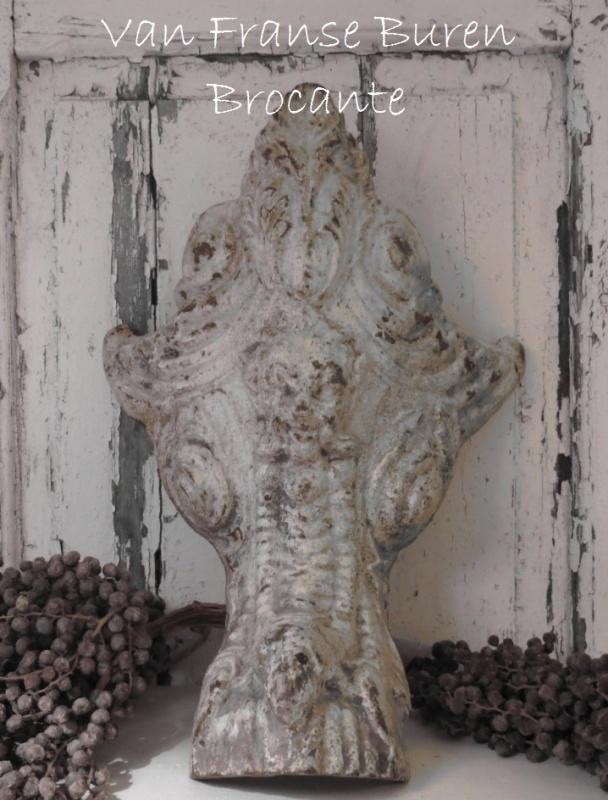 Zeer oud Frans gietijzeren leeuwenpoot ornament