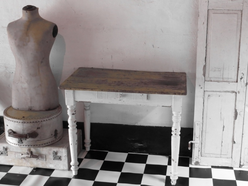 Frans houten tafeltje met laatje - SOLD*