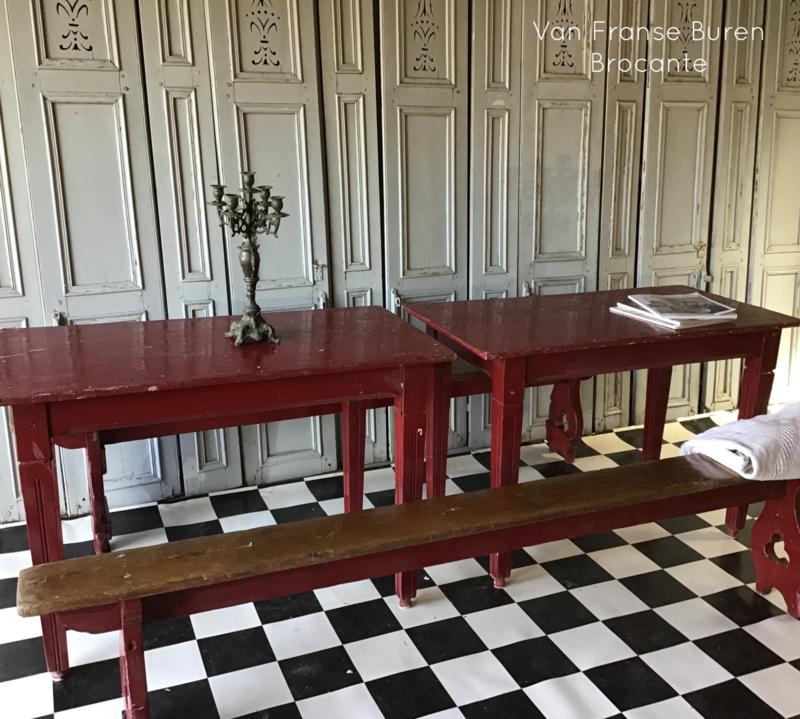 2 Franse oude lange houten banken met 2 houten cafétafels