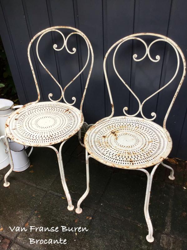 2 oude witte Franse ijzeren tuinstoelen - terrasstoelen - stoelen