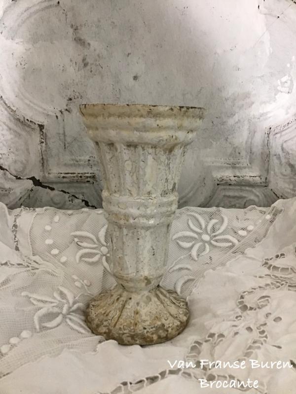 Frans gietijzeren grafvaasje met een mooi wit/off white patina -VERKOCHT/SOLD