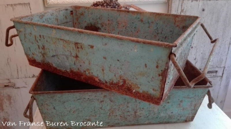 oude Franse metalen industriële bak in afbladderende verf