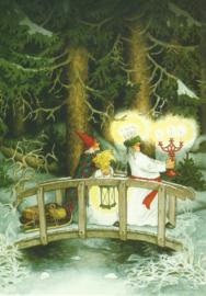 Vrouwen dragen kaarsen door het bos, Inge Löök