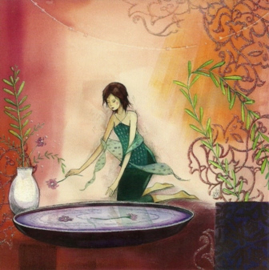 Vrouw legt bloemen in schaal, Kristiana Heinemann