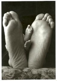Voeten van baby en volwassene, Jeffery Titcomb