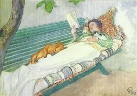 Lezende vrouw liggend op tuinbank, Carl Larsson