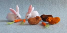 Drie cavia's en twee konijnen met worteltjes (zelfmaakpakketje)