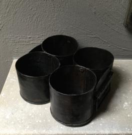 Stoere ijzeren bak met 4 potten