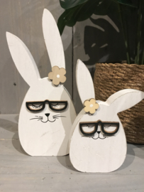 Set van 2 houten konijnen met bril