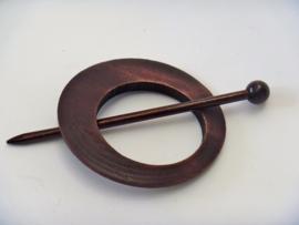 Bruin/rood houten ronde sjaalspeld doorsnee 8 cm (asymmetrisch)